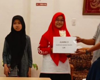MENERIMA HADIAH: Siswi MTsN 1 Model Banda Aceh menerima hadiah seusai pengumuman dikantor LIA Lampriet. Ahad(13/10/2019)