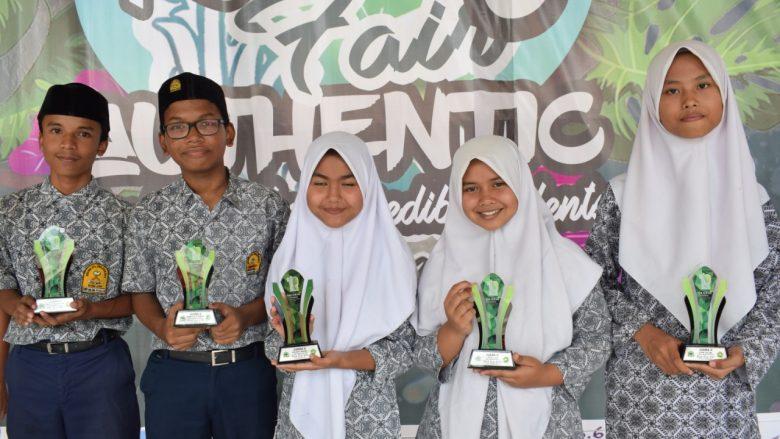 FOTO BERSAMA: Peserta MTsN 1 Model Banda Aceh foto bersama seusai menerima hadiah, kamis(10/10/2019)
