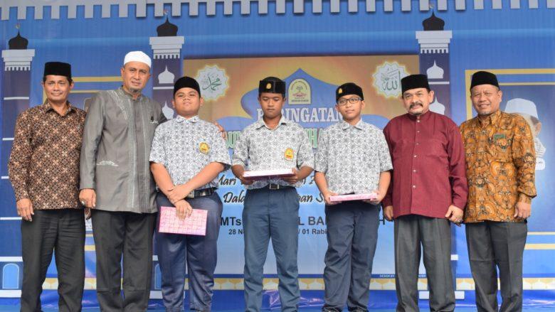 FOTO BERSAMA ANAK YATIM: Kepala MTsN 1 Model Banda Aceh, Ketua Komite, Prof Farid Wajdi dan Drs.H.M Idris,M.Pd Foto Bersama seusai menyerahkan bingkisan perwakilan Anak Yatim MTsN 1 Model Banda Aceh. (Kamis,28/11/2019)