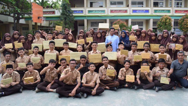 TUNJUKKAN HADIAH: Siswa-i MTsN 1 Model Banda Aceh foto bersama dengan tunjukkan hadiah ekskul seusai pembagian dihalaman sekolah. (Sabtu, 21/12/2019)