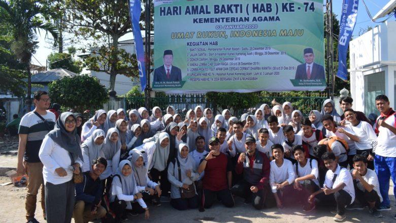 FOTO BERSAMA: Anggota DC BCM MTsN 1 Model Banda Aceh foto bersama dengan Kakankemenag Kota Banda Aceh sesuai tampil di jln santai sehat HAB ke-74. (Ahad, 29/12/2019)