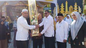 Penyerahan Juara Umum Tingkat Madrasah Oleh Kabag TU Kanwil Kemenag Provinsi Aceh Saifuddin, SE