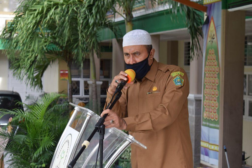 BAPAK JUNAIDI IB, S.AG.M.PD SEDANG MEMBERI ARAHAN KEPADA SELURUH PESERTA